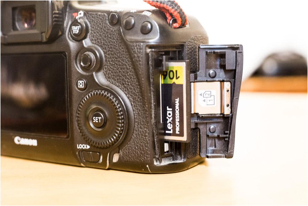 主に使われる「記録メディア(記録カード)」は「SDカード」が大半で、上位機種だと「コンパクトフラッシュ(CFカード)」などがあります。