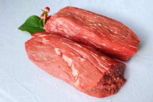 アウトドアでも使う食材の効果的な使い方。牛のモモ肉やヒレ肉など、筋肉が多く脂肪が少ない赤身肉