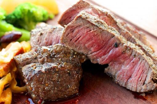 アウトドアでも使う食材の効果的な使い方。ステーキなどの厚めのお肉の場合、強火で表面を1分〜1分半焼いたらひっくり返して同じようにして焼き、余熱で仕上げるレアがオススメ!