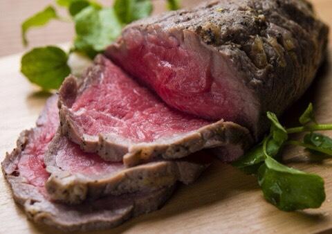 意外と知らないお肉の栄養素ビタミンが特にたっぷりなのはモモ肉らしいです! 意外にも脂肪が少なく、ヘルシーに食べることができます♪