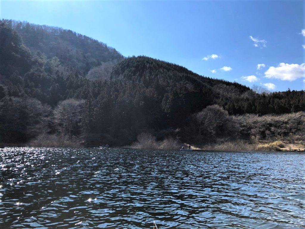テント、焚き火台、その目の前にトラウト達が泳ぐ湖、トイレも炊事場も揃うベストポイント!