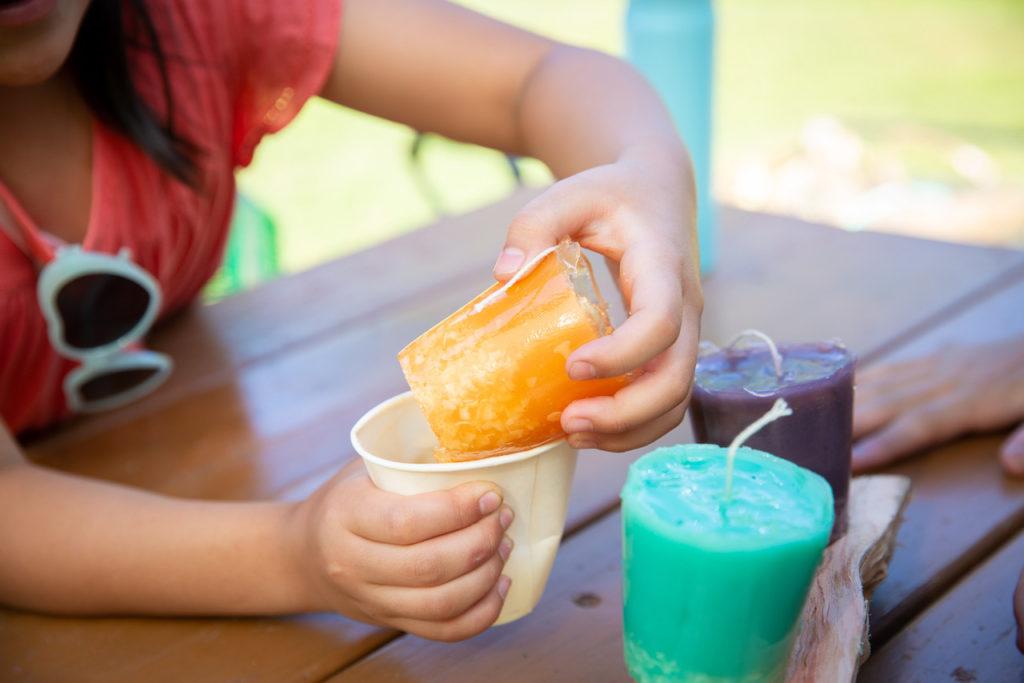 キャンプでキャンドル作り、紙コップを外す。