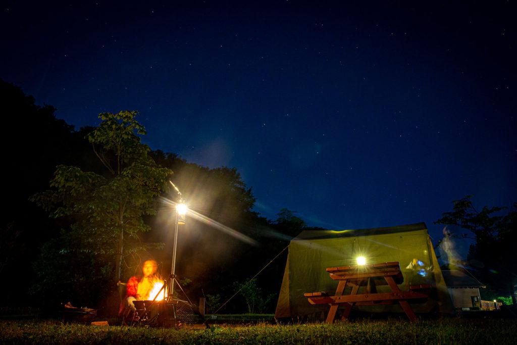 キャンプでキャンドル作り、楽しいナイトタイムを過ごしましょう。