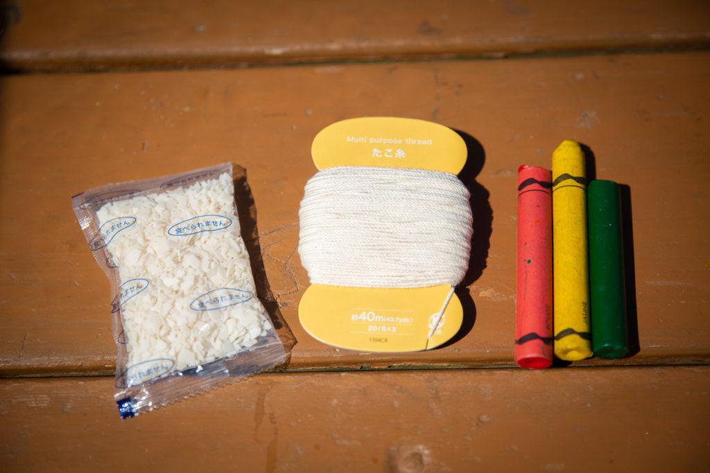 キャンプでキャンドル作り凝固剤、タコ糸、クレヨン、ナイフまたはカッター、紙コップ、割り箸を準備します。