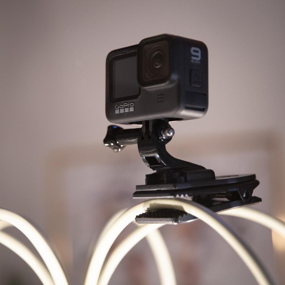 「ウェアラブルカメラ(着るカメラ、装着するカメラ)」と呼ばれます。